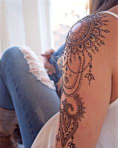 Henna Tattoo selber machen – Tipps zum Auftragen & 35 tolle Designs tattoo old school tattoo arm tattoo tattoo tattoos tattoo antebrazo arm sleeve tattoo Tattoo Henna, Tattoo You, Tattoo Wings, Bicep Tattoo, Tattoo Spine, Henna Tattoo Designs Arm, Ankle Tattoo, Henna Art, Tiki Tattoo