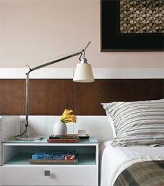 No projeto das arquitetas Ana Mageste e Raquel Blinovas, a cabeceira é formada por um painel laqueado com uma faixa de couro.