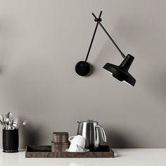 Køb sort Arigato væglampe af Grupa
