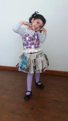 Vestido hecho con papel periodico, cucharas descartables bolsas y pisos de torta Eyfs, School Projects, Play Houses, Harajuku, Recycling, Preschool, Children, Diy, Inspiration
