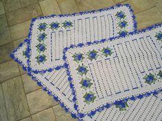"""Jogo de tapetes retangulares confeccionada em barbante  de ótima qualidade. Em destaque: flores lisas mescladas colocadas em """"L"""", acabamento com bico mesclado. cor disponível :azul. Sob encomenta pode ser feito em outras cores Passadeira = 148 cm X 45 cm     peso = 750 gr Tapetes = 78 cm X 45 cm    peso 400 gr R$ 140,00"""