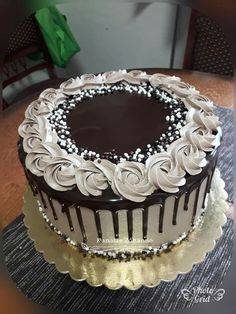 Cake Decorating Piping, Cake Decorating Designs, Creative Cake Decorating, Cake Decorating Videos, Creative Cakes, Elegant Birthday Cakes, Elegant Cakes, Birthday Cupcakes, Chocolate Cake Designs