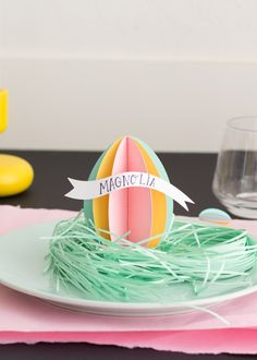 This year, prepare an Easter brunch that's as stylish as it is tasty. From Easter egg name cards to jelly bean vases, here are colorful Easter table decorations. Diy Osterschmuck, Easy Diy, Diy Crafts, Ostern Party, Genius Ideas, Brunch Table, Easter Table Decorations, Diy Decoration, Holidays Events