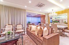 Salas de tv e jantar integradas decoradas de cores neutras e detalhes madeirados - lindas!