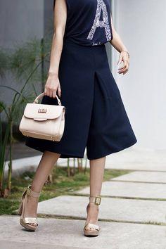 #FashionBySIMAN y Teffa Sierra: Apuesta por un look full black con un culotte negro que puedes combinar fácilmente con una blusa del mismo color. Agrega accesorios nude y estarás lista para brillar.