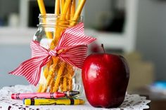 back to school centerpiece Back To School Party, First Day School, Welcome Back To School, Back To School Teacher, School Parties, School Reunion Decorations, Graduation Decorations, Party Table Decorations, Grad Party Centerpieces