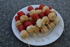 Summer strawberries and puffs on a stick My Favorite Food, Favorite Recipes, Choux Pastry, Summer Dishes, Healthy Treats, Food Presentation, High Tea, Fruit Salad, Brunch