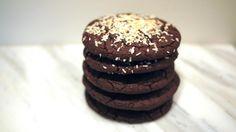 Browniekjeks med svarte bønner -  Disse syndig gode sjokoladekjeksene har en litt merkelig hovedingrediens, nemlig svarte bønner. De fleste forbinder nok ikke bønner med søt bakst og er kanskje skeptiske. Men jeg lover deg at du ikke smaker noe til bønnene, de bare er der og gir kjeksene fyldighet og tekstur i tillegg til å være mye mer næringsrikt.    Det har blitt vanligere i det siste å bake med matvarer i steden for mel, for eksempel brownies med søtpotet, avokado, kikerter. …