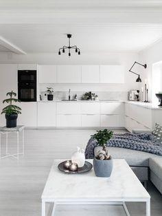 Gray blue / Slate blue home decor. This color palette Open Plan Kitchen, New Kitchen, Kitchen Dining, Minimal Kitchen, Refacing Cuisine, Blue Home Decor, Herd, Cuisines Design, Scandinavian Home