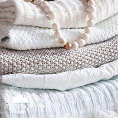 Met dit weer is het tijd voor de warme dekens! Deze dekens van sonnenstrasse 11 zijn van mooie kwaliteit, leuke motiefjes en verschillende stoffen.. Wij vinden ze prachtig! #dekens #wiegdeken #babykamer #babydeken