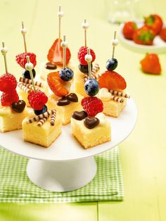 Käsekuchen-Happen Cheese cake bites – Small pieces of cheesecake with fruity fruit decorated cute Buffet Dessert, Party Buffet, Cheesecake Bites, Cheesecake Recipes, Cheesecake Cake, Party Desserts, Fall Desserts, Party Snacks, Food Cakes