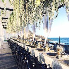 Para no impedir la conversación fluida entre tus invitados, los arreglos florales para bodas suben al techo.