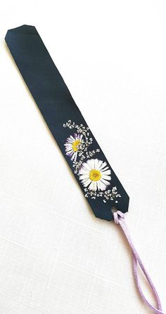 Leather Bookmark with Real Pressed Flowers, Book Lover Gift, Reader Gift, Bookma. Creative Bookmarks, Paper Bookmarks, Watercolor Bookmarks, Bookmarks Kids, Popsicle Stick Crafts, Craft Stick Crafts, Bookmark Craft, Leather Bookmark, Book Markers