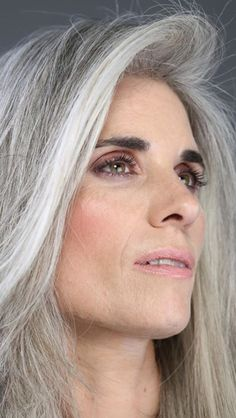 Beautiful hair, skin and great make-up! Grey White Hair, Long Gray Hair, Silver Grey Hair, Silver Haired Beauties, Grey Hair Inspiration, Gray Hair Growing Out, Salt And Pepper Hair, Beautiful Women Over 40, Ageless Beauty