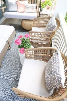 Summer Front Porches, Summer Porch Decor, Small Front Porches, Resin Wicker Furniture, Rattan Outdoor Furniture, Outdoor Rugs, Outdoor Living, Old Furniture, Outdoor Spaces