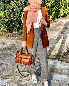 Warm and chic hijab styles – Just Trendy Girls Modest Fashion Hijab, Modern Hijab Fashion, Casual Hijab Outfit, Hijab Fashion Inspiration, Monochrome Fashion, Hijab Chic, Hijab Wear, Smart Casual Women, Smart Casual Outfit