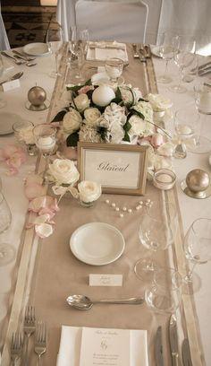 Vu d'ensemble d'une table sur le thème or et ivoire
