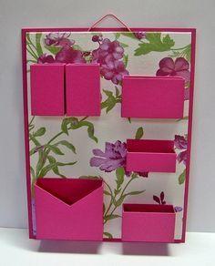 Organizador de materiais de escritório de parede. Cartonagem com revestimento tecido estampado e papel. Ideal para não ocupar espaço em sua mesa de escritório.