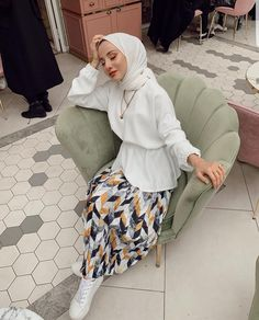 18 Inspiring White Outfit Ideas With Hijab For Winter - Zahrah Rose 18 Inspirin. 18 Inspiring White Outfit Ideas With Hijab For Winter – Zahrah Rose 18 Inspiring White Outfit Id Modest Fashion Hijab, Modern Hijab Fashion, Casual Hijab Outfit, Hijab Chic, Muslim Fashion, Casual Outfits, Fashion Outfits, Fashion Muslimah, Summer Outfits