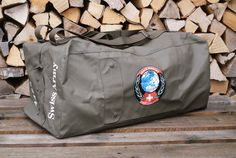 We have another Swiss Army duffle in the shop, this one in a slightly matt finish. Military Messenger Bag, Vintage Backpacks, Swiss Army, Duffel Bag, Purses And Bags, Brown Leather, Armed Forces, Switzerland, Kit