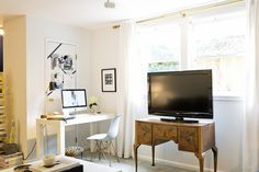 Decoration Inspiration Fitting a Home Office into a Small Space — Small Space Solutions (Apartment Therapy Main) Home Office Setup, Home Office Design, House Design, Office Desk, First Apartment, Apartment Therapy, Apartment Living, Living Room, California Apartment