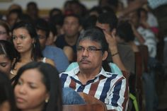 Factor 3: Profesores. Profesor Luis Eduardo Pérez apoyando conversatorio con estudiantes – 2012 – Aula Máxima de Derecho. #Unicartagena #ComunicaciónSocial