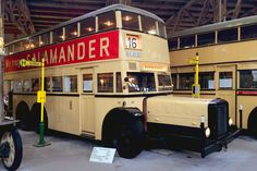 """Der Doppeldecker Bü D38 mit der zeitgenössischen Salamander-Werbung und den Zielschildern der Linie """"A16 Breitenbachplatz"""" (lange Zeit hatten die Autobuslinien noch das Kürzel """"A"""" vor den Liniennummern, um die von der Straßenbahn auseinander zu halten)."""