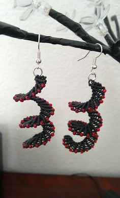boucles d'oreille micro macramé spirale noir et perles de rocailles rouge/orangé : Boucles d'oreille par les-creations-du-sud