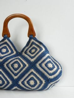 Crochet hand bag granny square fall autumn fashion by NzLbagscrochet bag - love the blue-white color combination. cute I want to make this I wish I still had my crochet buddy around, only learned the basics :( Chris bought my one special order when we wer Bag Crochet, Crochet Diy, Crochet Handbags, Crochet Purses, Crochet Granny, Crochet Crafts, Crochet Projects, Afghan Crochet, Crochet Beach Bags
