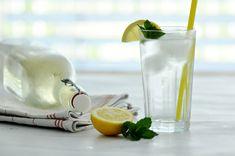 Rezept • Selbstgemachter Zitronen-Melissen Saft Glass Of Milk, Food, Syrup, Juice, Homemade, Drinking, Gardening, Recipes, Meal