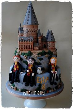 Soooo enjoyed creating this one. 2 tiers of marble cake topped with a gum paste Hogwarts Castle, mounted on it's own board so that it can be removed and kept as a memento :) sugarpaste models of Harry, Hermione, Ron and Hedwig. Gateau Harry Potter, Harry Potter Castle, Harry Potter Birthday Cake, Harry Potter Food, Fondant Cakes, Cupcake Cakes, Movie Cakes, Fantasy Cake, Novelty Cakes