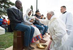 Pape François - Pope Francis - Papa Francesco - Papa Francisco : Jeudi Saint 2016 –Lavement des pieds à de jeunes réfugiés