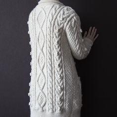 Марина заказала шерстяной кардиган с косами, аранами, шишечками, в общем всё в наличии) Фактура ближе.  Состав: 50% бейби-альпака, 50% шерсть (заказчица предоставляла пряжу сама). #frautag_knittingfamily #knitting #knitting_inspiration #cardigan #lucia #wool #babyalpaca #alpaca #handknitted #вязание #вязаниеназаказ #кардиган #косы #араны #шишечки #вязаныйкардиган #шалевыйворотник #шерсть #альпака #вяжутнетолькобабушки #ручноевязание #ручнаяработа