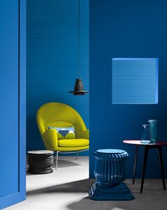 A vibrant living space featuring the Oculus Chair by Hans Wegner for Carl Hansen & Son. Blue Rooms, Blue Walls, Luxury Furniture, Furniture Design, Architecture Cool, Azul Indigo, Art Deco, Piece A Vivre, Mid Century Style
