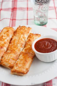 Recipe for Homemade Pizza Hut Cheesy Bread Sticks Copy Cat - If you're a Pizza Hut Cheesy Bread Stick fan, you've really got to try this recipe. You won't be disappointed!