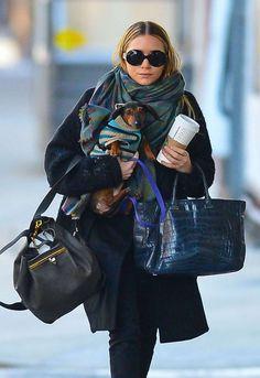 Multicolor y 'extralarge', es uno de nuestros preferidos. Ashley Olsen hace buen uso de este fular combinándolo con prendas oscuras. El look perfecto para las más urbanitas.