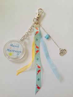 """Cadeau maitresse Porte-clés / bijoux de sac """"merci maitresse"""" personnalisable avec rubans, perles. : Porte clés par diybijoux"""