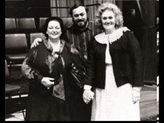 La Superba y la Stupenda cogidas de la mano,  con el maestro Pavarotti de testigo