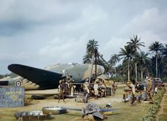 Local workers help RAF fitters change the engine of a Lockheed Hudson at Yundum in the Gambia, April 1943. (Image: IWM)