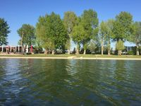 Vienna is divided by the Danube River and parallel to it, there is the Old Danube - a silent water perfect to go boating and swimming in summer. Beautiful Park, Beautiful Places, Flak Tower, Danube River, Rare Birds, Forest Landscape, Boating, Vienna, Parks