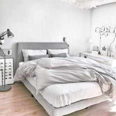 Sunday naps are always good. I love how Kelly's room looks so modernly cozy with our soft stone grey linen duvet covers. Thx!   Double tab for more images.  #fortheloveoflinen #linen #bedlinen #tellmemore #interior4all #linenbedding #pureline #purelinenutrition #interiordecor #bedroomdecor #bedroominspiration #handmade #handmadebedding  #tailoredmade #instadaily