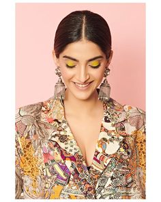 Sonam Kapoor Ahuja is an Indian actress who appears in Bollywood films. Kapoor is one of the highest-paid actresses in the industry and is the recipient of several awards, including a Filmfare and a National Film Award. Bollywood Stars, Bollywood Fashion, Bollywood Actress, Bollywood Makeup, Celebrity Pictures, Celebrity Style, Sonam Kapoor, Deepika Padukone, Insta Look