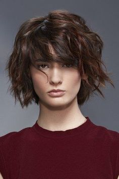 Intermediate AH – An unstructured square with a fringe that highlights the look. Source by aufeminin Brown Wavy Hair, Medium Brown Hair, Short Curly Hair, Curly Hair Styles, Uk Hairstyles, Summer Hairstyles, Brown Hairstyles, Pixie, Haircuts With Bangs