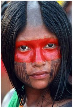 The Kayapo people are indigenous peoples in Brazil. Pintura Tribal, Beautiful World, Beautiful People, Stunningly Beautiful, Fotografia Social, Xingu, Tribal People, Many Faces, Interesting Faces