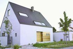 Archetypischer kann ein Wohnhaus kaum ausfallen: ein vom Satteldach gekrönter Quader, der ganz ohne Anbauten, Gauben, Balkone oder...