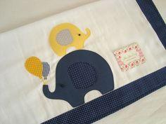 Fralda de Ombro - Elefantes é confeccionada em fralda de ótima qualidade, dupla, barrado em tricoline (100% algodão) e com aplicações do tema.  Ideal para proteger a pele delicada do seu bebê na hora da amamentação.