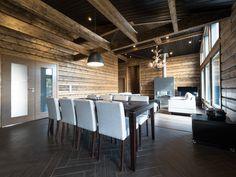 This elegant log cottage in Saariselkä has lots of space and excellent general lighting. Elegantti mökki Saariselällä omaa paljon tilaa ja mahtavan yleisvalaistuksen.
