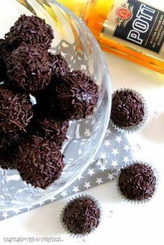 Rumkugeln gehören zu den Klassikern in der Weihnachtszeit....ich liebe sie.  Kennt Ihr sie auch vom Bäcker ? Aus Kuchenresten zusammengerühr...