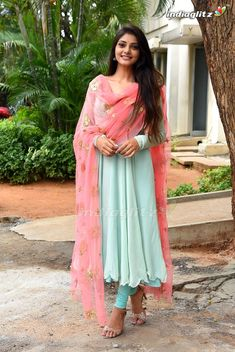 Girls Frock Design, Long Dress Design, Stylish Dress Designs, Designs For Dresses, Stylish Dresses, Indian Gowns Dresses, Indian Fashion Dresses, Indian Designer Outfits, Fashion Clothes