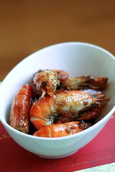 Caramel Shrimp (Vietnamese Tom Rim) - one of the most delicious shrimp dishes ever and the taste is rich and intense—sweet, salty, savory, and extremely umami. for a small party Prawn Recipes, Fish Recipes, Seafood Recipes, Asian Recipes, Cooking Recipes, Indonesian Recipes, Orange Recipes, Cooking Tips, Easy Delicious Recipes